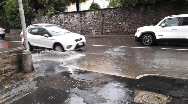 Allagamenti e maltempo su Como: grandinata sulle strade