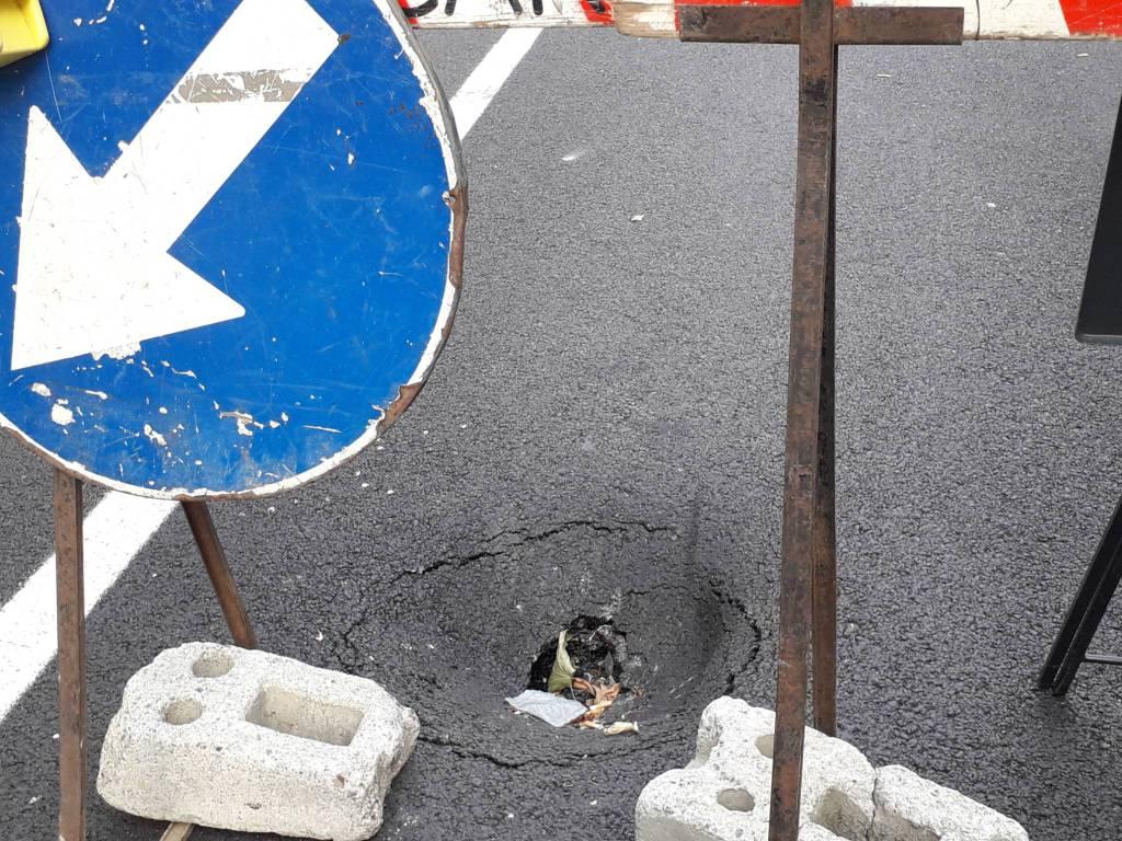 altra buca in viale varese transenne e restringimento carreggiata