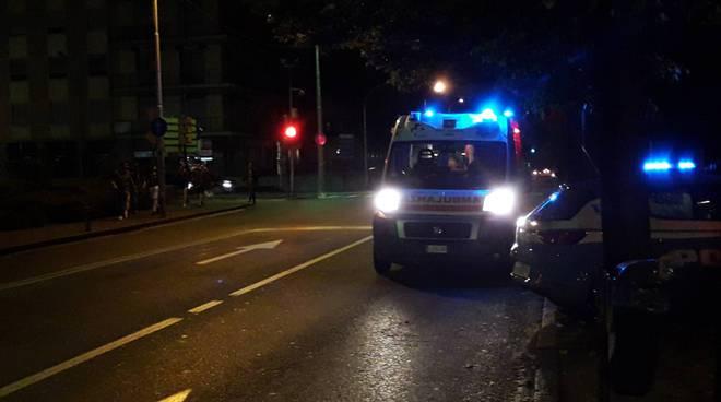 ambulanza notte esterno locale viale rosselli a como per intervento soccorso generico