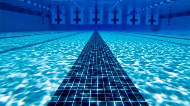 bimba finisce in piscina, la salva operaio comasco