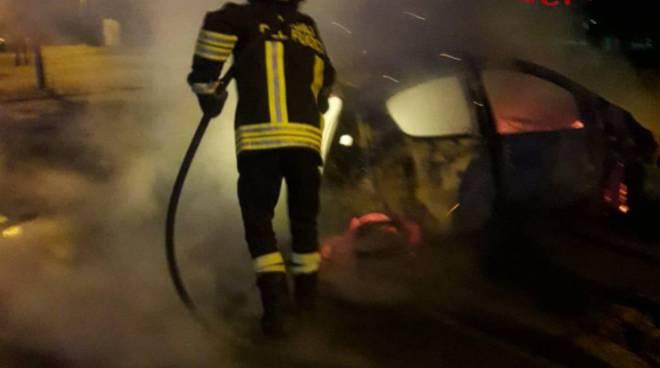 incendio auto via mazzini carugo pompieri in azione