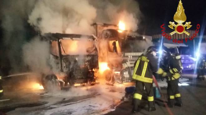 incendio camion via ceresio a lomazzo pompieri intyervento