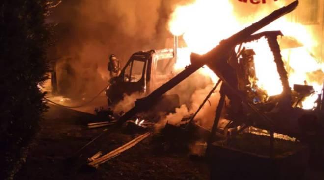 incendio doloso a gironico cortile bruciati furgoni notte