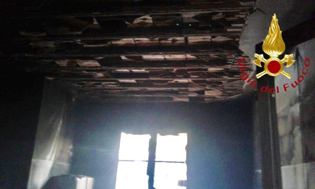 incendio nella carpenteria metallica di como via vandelli pompieri