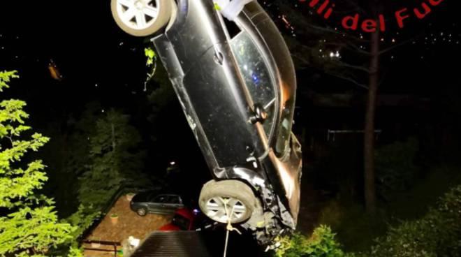incidente garzola auto finisce fuori strada recuper con autogru