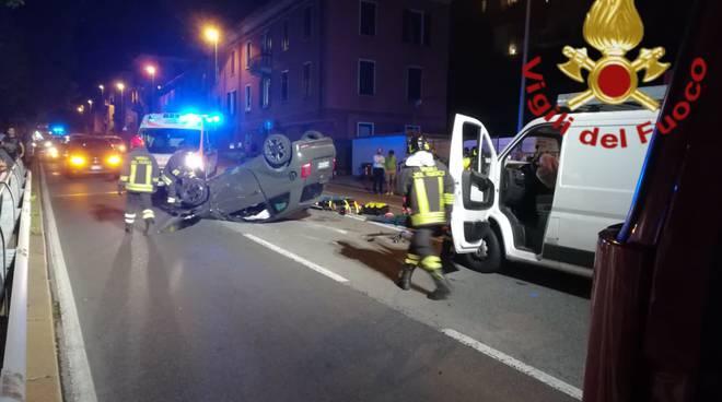 incidente napoleona, auto ribaltata dopo urto con furgone soccorsi pompieri