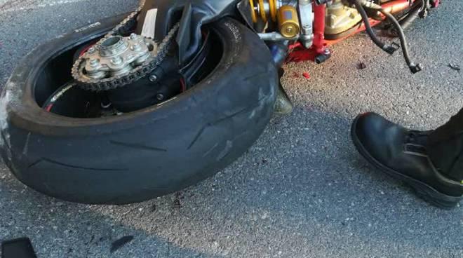 incidente stradale a claino con osteno moto contro auto un deceduto
