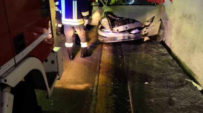 incidenti strade del comasco auto fuori strada casnate ed in galleria a como