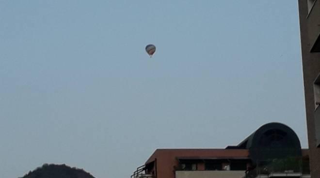 la mongolfiera sul cielo di como questa mattina