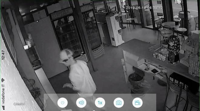 ladri in azione al bar del pino di como spaccata porta rotta e cassa sottosopra