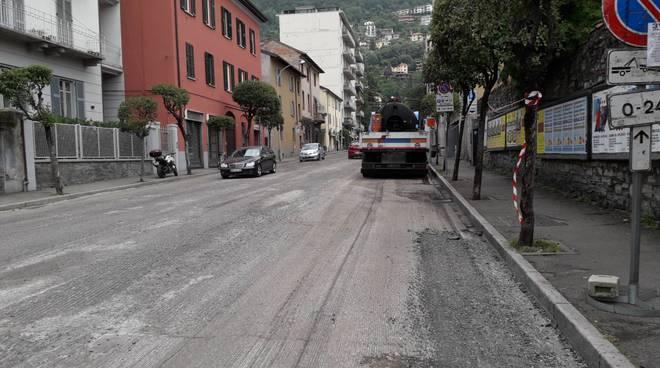 lavori asfaltatura strada di como via dottesio fresatura e operai