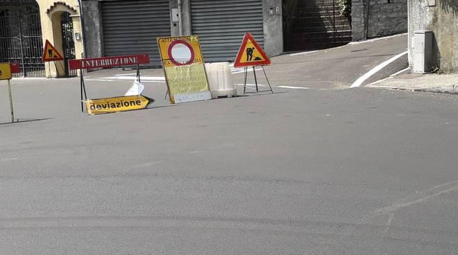 lavori via per san fermo cartelli e strada chiusa