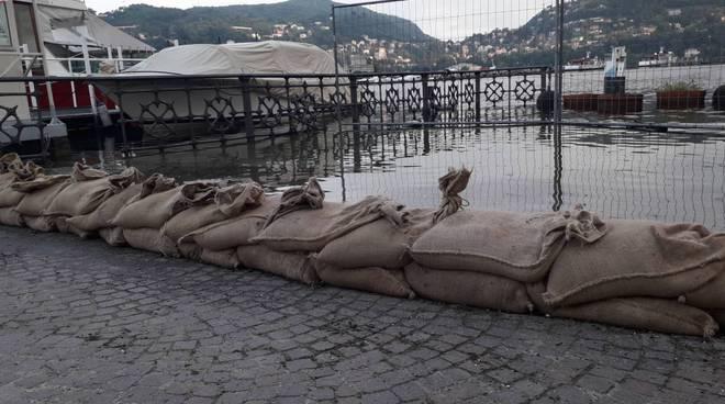 livello lago di como in queste ore sacchetti di sabbia davanti a piazza cavour crescita oggi