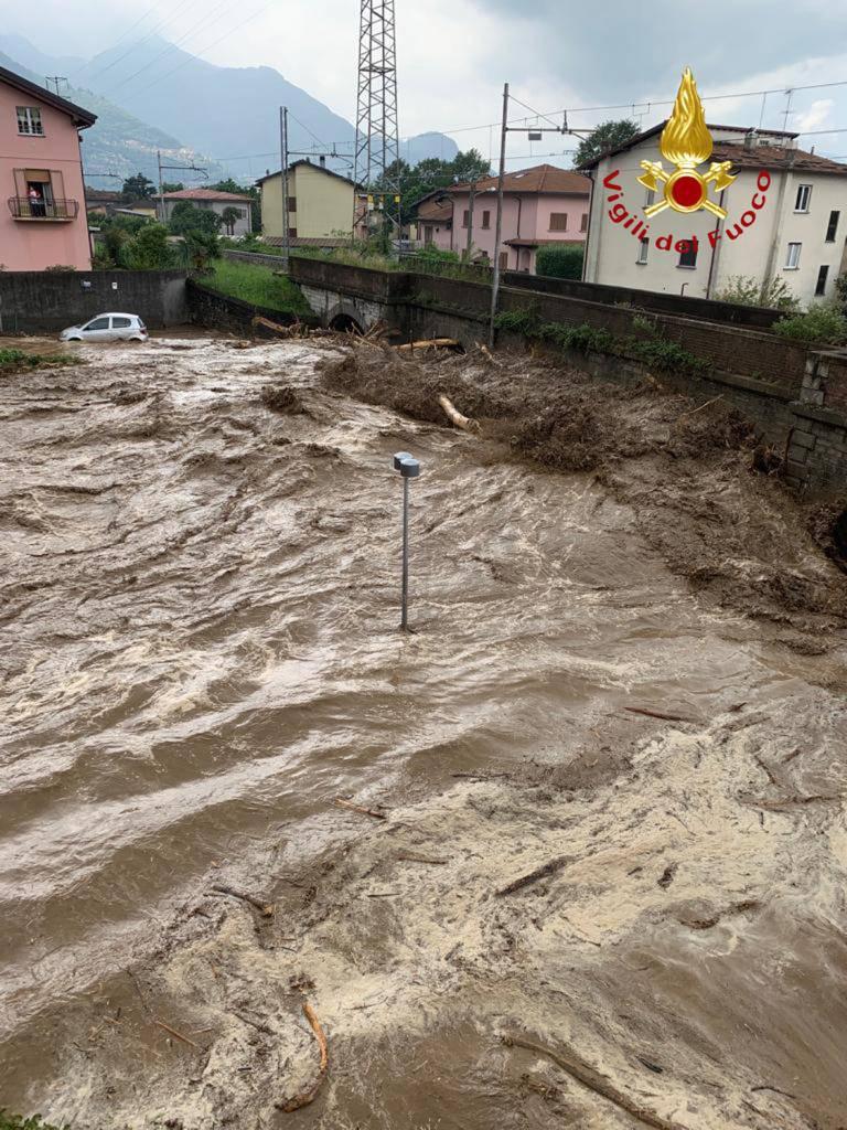 Maltempo devastante in Valsassina, detriti e acqua entrano nel lago