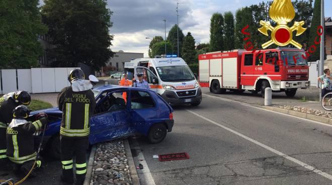 mariano comense auto contro il cordolo, grave conducente soccorso pompieri