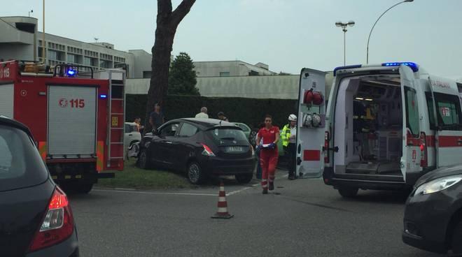 operaio ferito piattaforma ecologica luisago ed auto ribaltata grandate scontro tra due