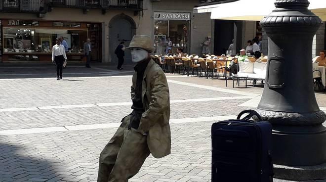 piazza duomo artista di strada sembra seduto su una sedia ma non  è appoggiato a nulla