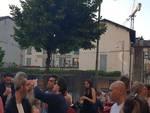 piazza martinelli como chiusa alla sera bambini a giocare all'esterno protesta genitori