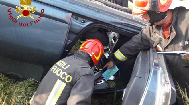 scontro tra auto a bregnano via milano, un'auto ribaltata nella cunerra