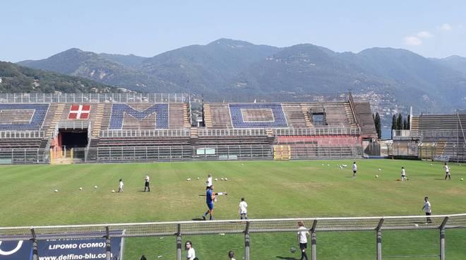 stefano verga in tribuna stadio per open day como femminile e giocatrici sul campo