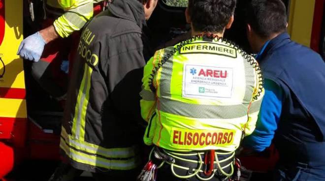trattorino lo schiaccia durante i lavori a porlezza, soccorso da pompieri ed elicottero