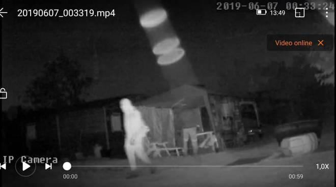 vandali casa di campagna di albavilla ripresi dalle telecamere con furgone