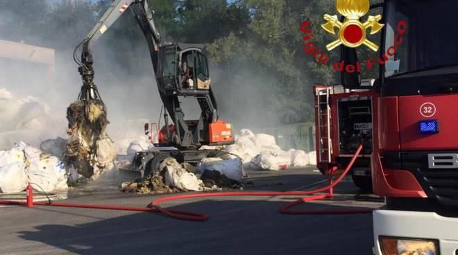 incendio rifiuti ditta di cucciago via stazione