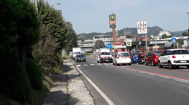 incidente lipomo donna investita in strada statale per lecco soccorsi ambulanza traffico disagi