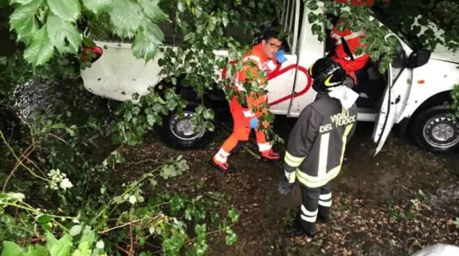 incidente porlezza, furgone fuori strada e nel torrente sottostante soccorsi pompieri