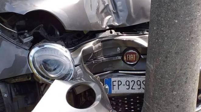 incidente via per alzate cantù, auto contro un palo della luce