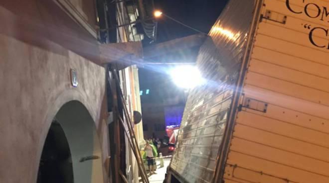 incidenti notte ramponio verna furgone incastrato balcone e auto distrutta lomazzo