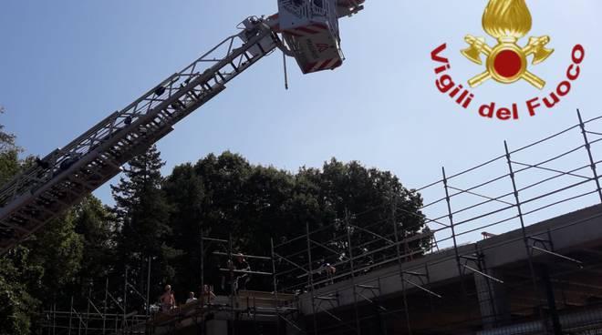 infortunio cantiere via canturina a camerlata operaio soccorso dai pompieri con barella