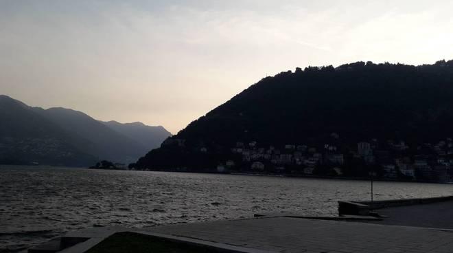 lago di como mattinata con vento sul lago