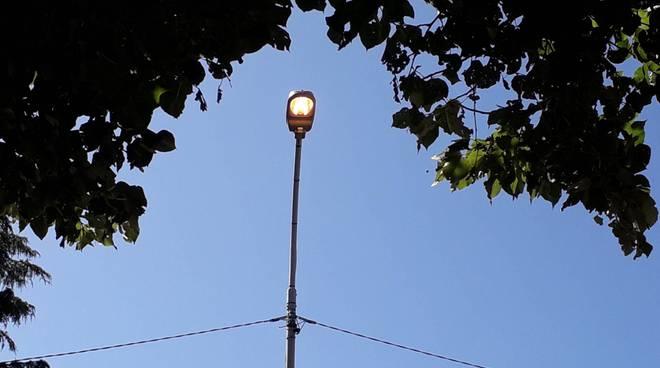 lampioni accesi anche di giorno in viale rosselli a como segnalazione di un lettore