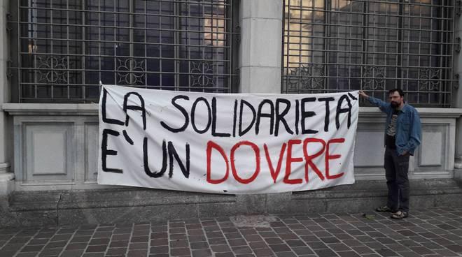 manifestazione como senza frontiere per comandante Carola in piazza Grimoldi