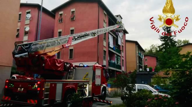 pensionata cade in casa in via spartaco e rebbio e viene soccordsa dai pompieri con autoscala