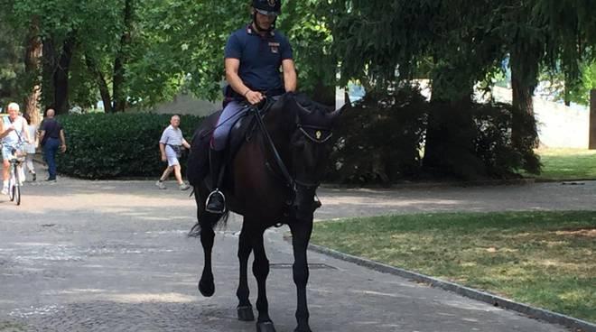 poliziotti a cavallo giardini a lago di como controlli e verifiche