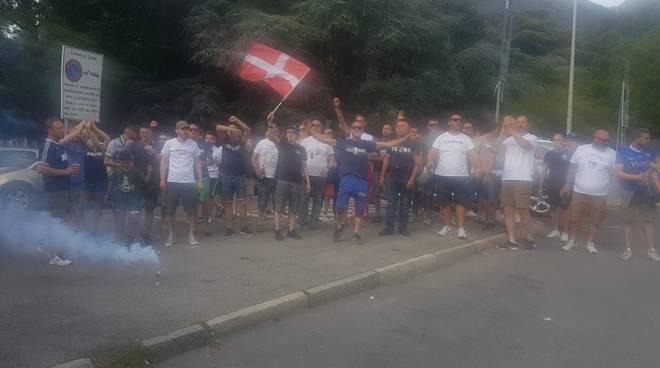 tifosi del como esterno stadio sinigaglia saluti alla squadra prima del ritiro