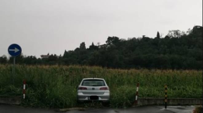 auto piazzata nel campo montano lucino strada per ospedale