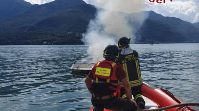 barca a fuoco nel lago di como davanti a dongo, recupero dei pompieri