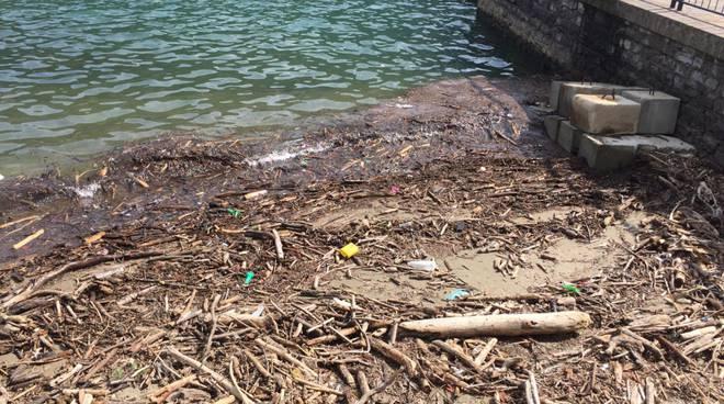 battello spazzino rimuove detriti primo bacino lago di como stamattina