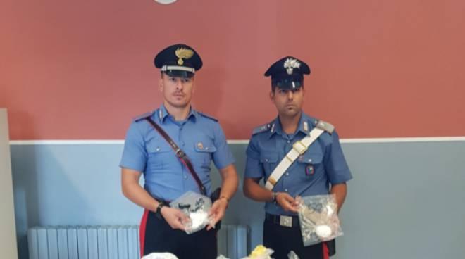 carabinieri cermenate spaccio di droga e monete false trovate a casa di un ragazzo