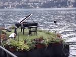 concerto su piattaforma galleggiante pianista alessandro martire comune di cernobbio