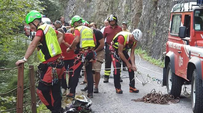 esciursionista precipita nel burrone garzeno ponte delle seghe pompieri soccortso