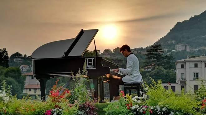 Floating Moving Concert davanti alla riva di Cernobbio con il pianista Alessandro Martire