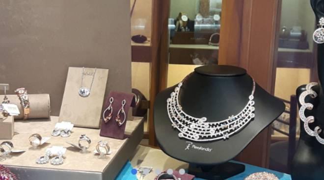 furto gioielleria brunelli di cernobbio di via regina negozio vetrina