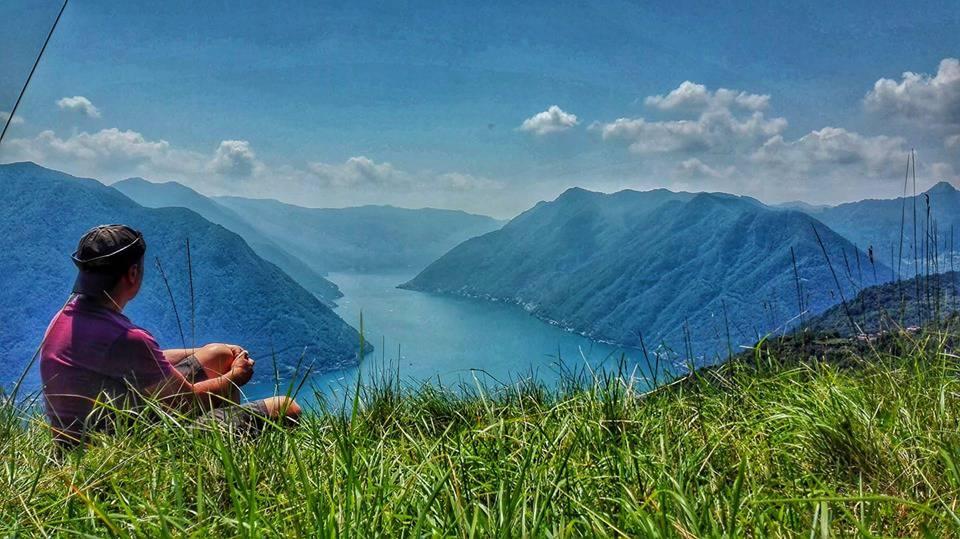 gianluca rainoldi foto da alto lago in mezzo all'erba