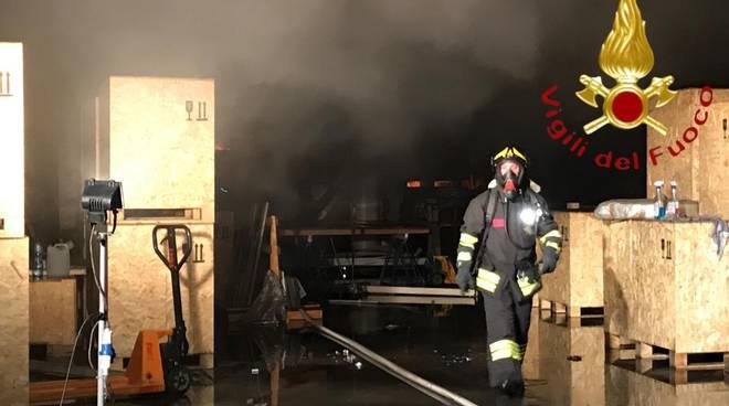 incendio capannone cabiate questa sera pompieri e mezzi per spegnere rogo