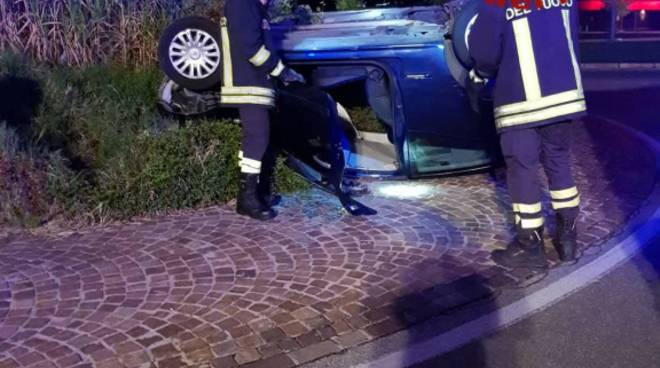 incidente bulgarograsso auto ribaltata in mezzo alla strada