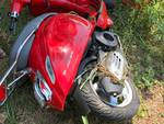 incidente cadorago via manfredini auto e scooter, palo abbattuto nel campo